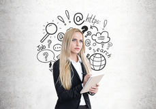 Blonde Frau mit einem Schreibheft Lizenzfreie Stockbilder