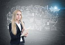 Blonde Frau mit einem Schreibheft, Entwurf Stockbilder