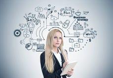 Blonde Frau mit einem Schreibheft, Plan Stockfotografie