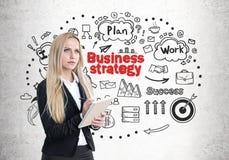 Blonde Frau mit einem Schreibheft, Strategie Stockfotos
