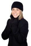 Blonde Frau mit einem schwarzen Mantel Lizenzfreie Stockfotografie