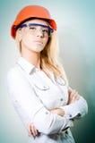 Blonde Frau mit einem Sturzhelm und Gläsern Lizenzfreie Stockfotos