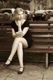 Blonde Frau mit einem Tablettecomputer Lizenzfreie Stockfotografie
