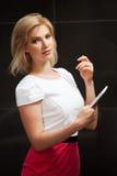 Blonde Frau mit einem Tablettencomputer Lizenzfreie Stockfotografie
