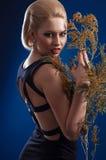 Blonde Frau mit einem Zweig Lizenzfreie Stockfotos