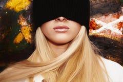 Blonde Frau mit einer Augenbinde Lizenzfreie Stockfotos