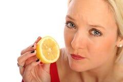 Blonde Frau mit einer halben Zitrone Stockfotos