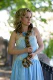 Blonde Frau mit einer Pythonschlange in den Händen Lizenzfreies Stockbild