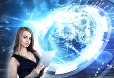 Blonde Frau mit einer Tablette, Erde Lizenzfreies Stockbild