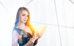 Blonde Frau mit einer Tablette, Stadtbild Stockfoto