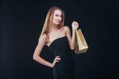Blonde Frau mit Einkaufenbeuteln Lizenzfreies Stockfoto