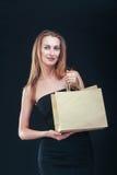 Blonde Frau mit Einkaufenbeuteln Stockfotos