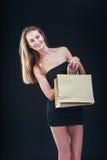 Blonde Frau mit Einkaufenbeuteln Stockfotografie