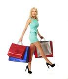 Blonde Frau mit Einkaufstaschen Stockfotos