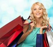 Blonde Frau mit Einkaufstaschen Stockbilder