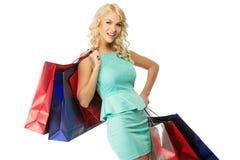 Blonde Frau mit Einkaufstaschen Lizenzfreie Stockfotografie