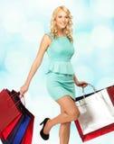 Blonde Frau mit Einkaufstaschen Lizenzfreies Stockfoto