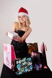 Blonde Frau mit Einkaufstaschen und Geschenk Stockbilder