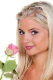 Blonde Frau mit einzelner Rose Stockfoto