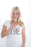 Blonde Frau mit Eiscreme Stockfotos