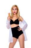 Blonde Frau mit Eiscreme Lizenzfreies Stockfoto