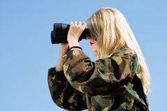 Blonde Frau mit Ferngläsern Stockbilder