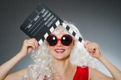 Blonde Frau mit Film Lizenzfreies Stockbild
