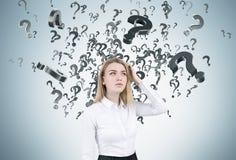 Blonde Frau mit Fragezeichen Lizenzfreies Stockbild