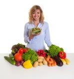 Blonde Frau mit Frischgemüse liebt frischen Salat Stockfotos