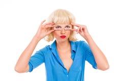 Blonde Frau mit gefälschten Augen. Lizenzfreie Stockbilder
