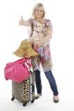Blonde Frau mit Gepäck und kleinem Hund Lizenzfreies Stockbild