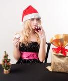 Blonde Frau mit Geschenktasche Stockfoto