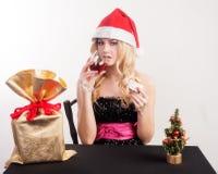 Blonde Frau mit Geschenktasche Lizenzfreie Stockfotografie