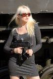 Blonde Frau mit Gewehr Stockbilder