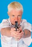 Blonde Frau mit Gewehr Stockfoto