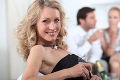 Blonde Frau mit Glas Champagner Stockbilder