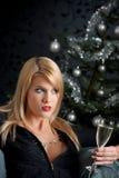 Blonde Frau mit Glas Champagner auf Weihnachten Stockfotografie