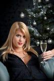 Blonde Frau mit Glas Champagner auf Weihnachten Lizenzfreies Stockfoto