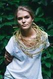 Blonde Frau mit goldener Halskette Lizenzfreies Stockbild