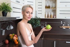 Blonde Frau mit grünem Apfel Lizenzfreies Stockfoto