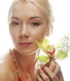 Blonde Frau mit grüner Orchideenblume Lizenzfreies Stockfoto