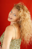 Blonde Frau mit grüner Sequinsoberseite Stockfotografie