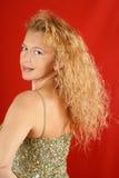 Blonde Frau mit grüner Sequinsoberseite Lizenzfreies Stockfoto