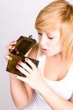 Blonde Frau mit hölzernem Kasten Lizenzfreie Stockbilder