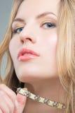 Blonde Frau mit Halskette Lizenzfreie Stockfotos