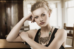Blonde Frau mit Halskette Lizenzfreie Stockfotografie