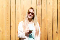 Blonde Frau mit Handy Stockfotos