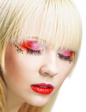 Blonde Frau mit hellem Make-up Stockfoto