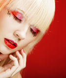 Blonde Frau mit hellem Make-up Lizenzfreie Stockfotos