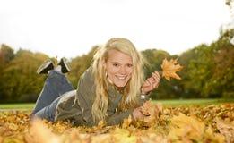 Blonde Frau mit Herbsturlaub Stockbild